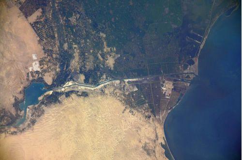 Контейнеровоз, заблокировавший Суэцкий канал, показали из космоса