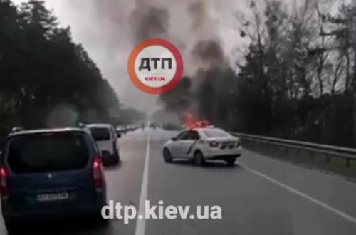 Под Киевом на ходу взорвался автомобиль. ВИДЕО