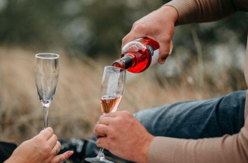 Можно ли пить вино, которое долго стояло открытым