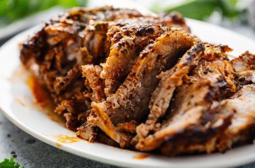 Медики сообщили, кому категорически запрещено есть свинину