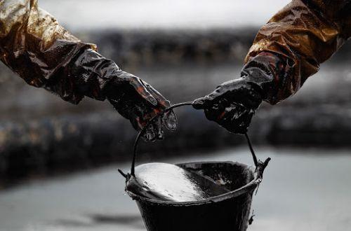 Нефть углубила падение на фоне всплеска COVID-19 в Индии, перезапуска трубопровода в США