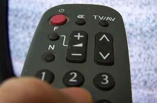 В прямом эфире украинского телеканала женщина сверкнула голой грудью. ВИДЕО