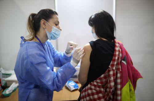 """В киевском центре вакцинации людей ждал неприятный """"сюрприз"""""""