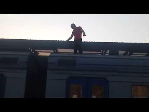 В Харькове бывший зэк забрался на электричку и угрожал перегрызть провода