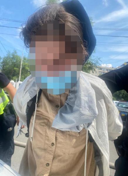 В Киеве женщина с пистолетом ограбила отделение банка. ФОТО