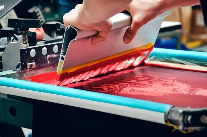 Что представляет собой трафаретная печать?