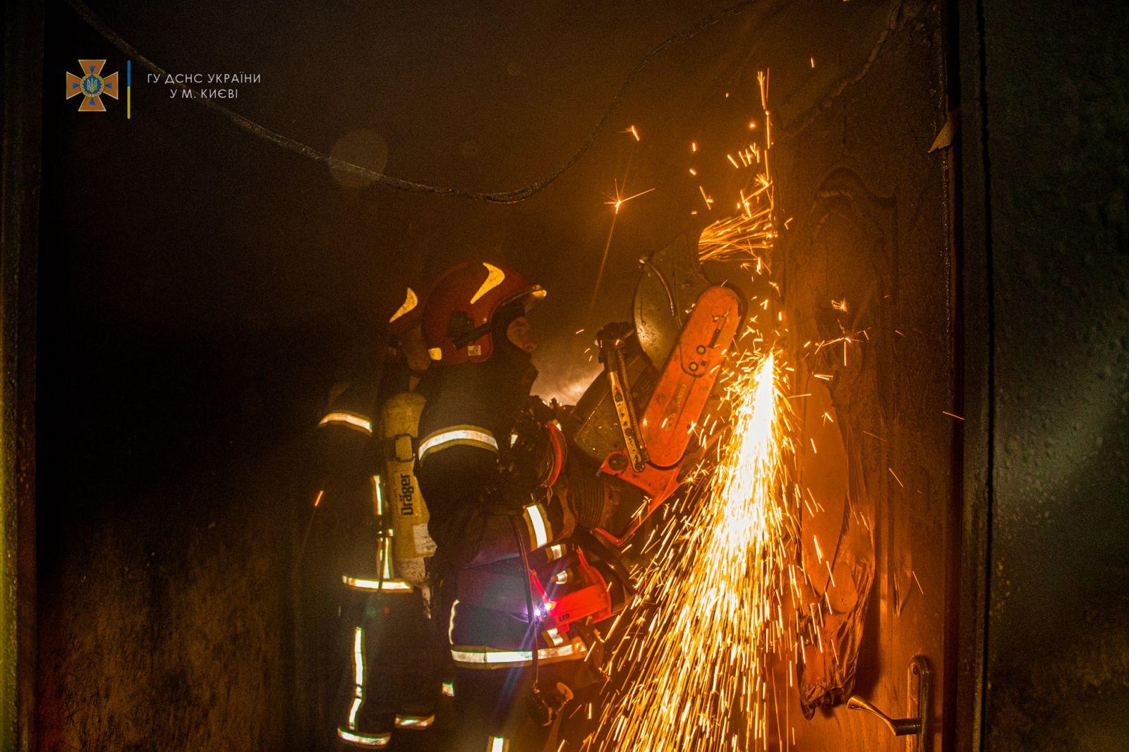 В Киеве ночью тушили крупный пожар в многоэтажке: погибла женщина. ФОТО