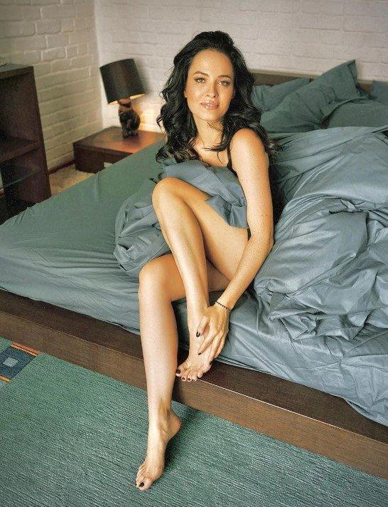 Даша Астафьева устроила пикантную фотосессию в кровати