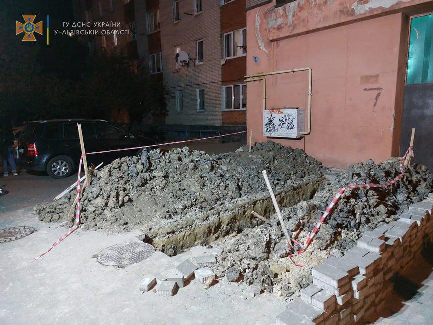 Недоделали ремонт: мужчина провалился в темноте в двухметровую яму. ФОТО